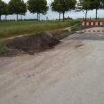 """Links zu sehen Reste vom Mutterboden, rechts zu sehen die """"Rampe"""" hoch zur neuen Straße"""