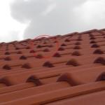 Eine der hochstehenden Dachpfannen