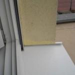 Im Bereich des Badezimmerfensters sind die Ausbesserungen deutlich farbkräftiger als der Rest der Fassade