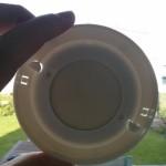 Gegens Licht sieht man, welche Fläche der Rauchmelderplatte die Magnetplatte abdeckt